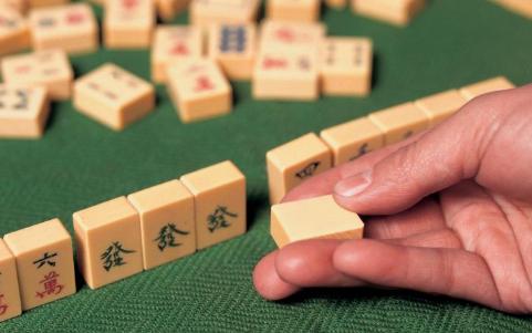 将孩子罩在凳子下打麻将 麻将上瘾的危害 沉迷打麻将的危害