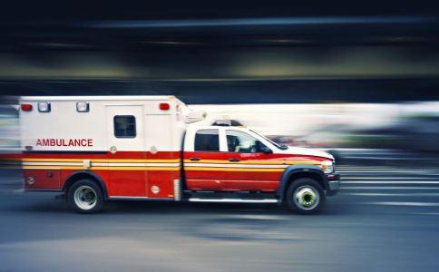 美国女子哭求别叫救护车 只因费用太贵!