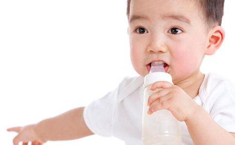 奶粉喂养的宝宝不爱喝水怎么办 宝宝不爱喝水怎么办 宝宝喂养小常识