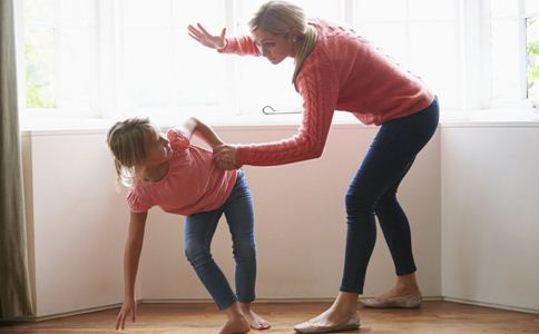 如何让孩子有个快乐童年 如何科学育儿 体罚孩子有什么危害