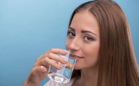 喝水不当会引起中毒吗 每天喝多少水合适 喝水对人体的好处