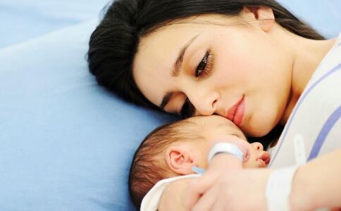 苏炳添升级当爹 宝宝吐奶是不是正常现象 宝宝老打嗝到底怎么回事
