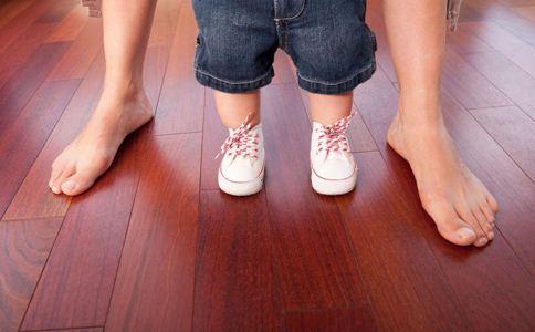 婴儿掂脚怎么办 宝宝走路掂脚怎么办 婴儿掂脚走路怎么办