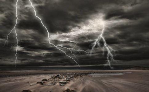 走路打电话被雷击 雷雨天打电话里 雷雨天安全注意事项