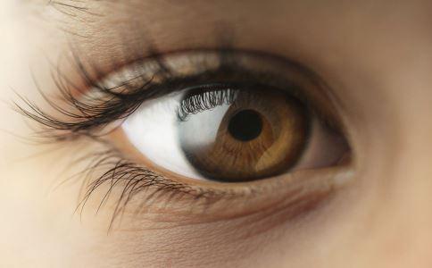 女孩眼睛闭不上了 开眼角手术 开眼角手术后遗症