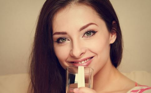 清晨一杯白开水是排毒妙方