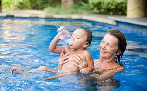 宝宝学游泳好吗 宝宝游泳的好处 儿童学游泳注意什么