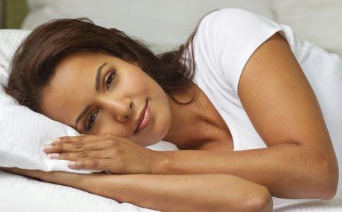 高低枕头哪种好 枕头睡多高才健康呢
