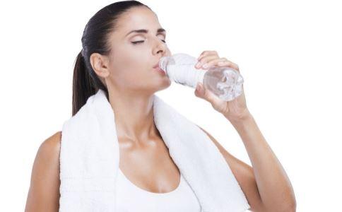 减肥是喝热水好还是冰水 怎么喝水可以减肥 喝水减肥的方法