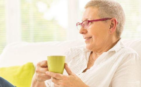 老人佩戴假牙的注意事项 老人戴假牙后要注意什么 假牙如何护理