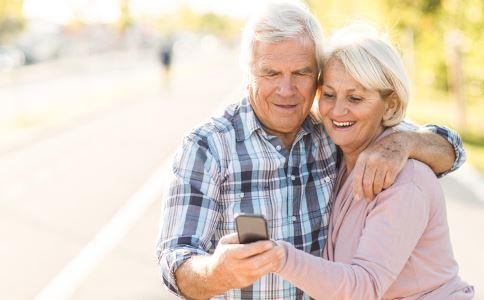 老年人如何选购服装 老年人怎么买衣服 老年人买衣服的禁忌
