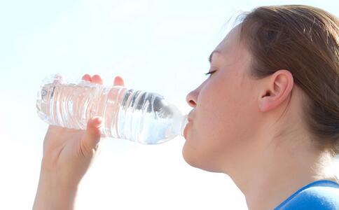 22天高温预警 高温天喝口冰水真会让毛细血管爆掉吗 高温天气可以喝冰水吗