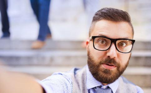 男人刷牙有错误。应该注意这些问题。