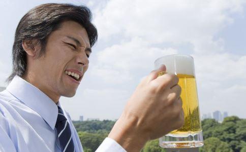 喝汤泡饭是男人喝汤的五个高危行为误区。
