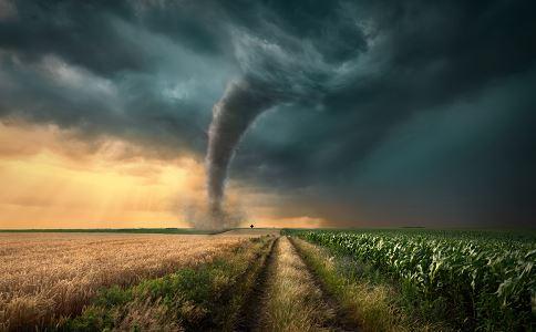 内蒙古草原龙卷风 开车遇到龙卷风怎么办 遇到龙卷风怎么办