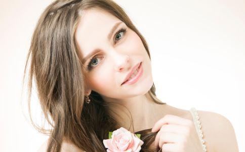 女性外阴毛囊炎的症状是什么 引起外阴毛囊炎的原因是什么 女性外阴毛囊炎怎么办