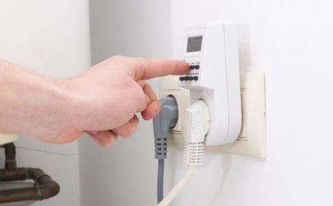 男子触电后被吸住 触电急救措施 触电后要怎么做