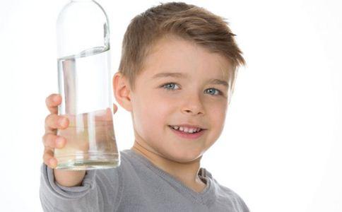 宝宝喝水有什么好处 宝宝喝水的好处 宝宝喝水有什么讲究