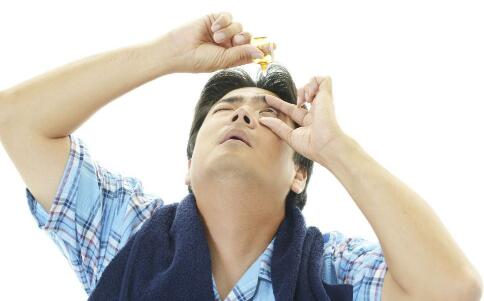 老人患上白内障的原因 老人白内障可以用哪种眼药水 白内障用什么眼药水好