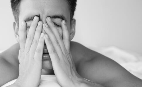 睡前玩手机的危害 晚上怎么玩手机不伤眼 睡觉前玩手机会影响视力吗