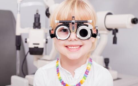 戴隐形眼镜注意什么 隐形眼镜有什么危害吗 戴隐形眼镜有哪些危害