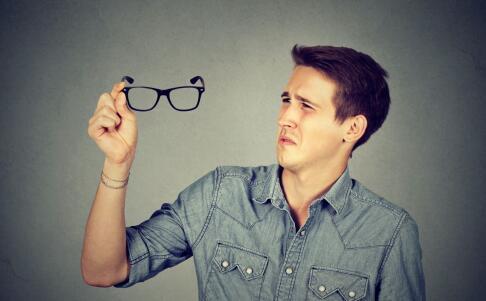 近视会引起白内障吗 近视的并发症有哪些 近视怎么矫正