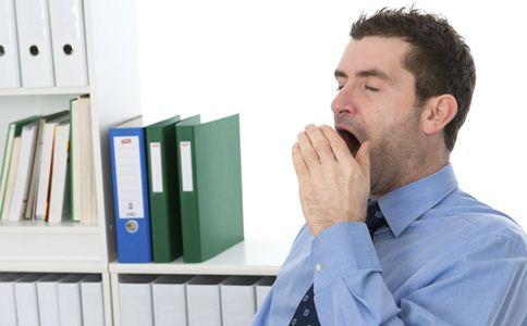 趴着午睡会有哪些危害 午睡的好处 如何科学午睡