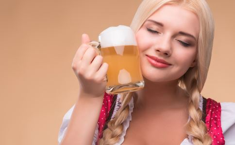 女性喝啤酒会不会发胖 怎么喝啤酒不发胖 如何选择适合自己的啤酒