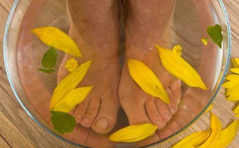 秋天泡脚的好处 秋季泡脚有什么好处 哪些人不适合泡脚