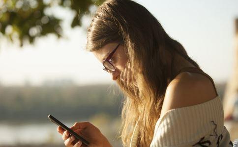 长期低头玩手机的危害有哪些 健康常识 图3