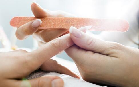 指甲怎么涂好看 夏季怎么涂红色指甲好看 涂指甲注意什么