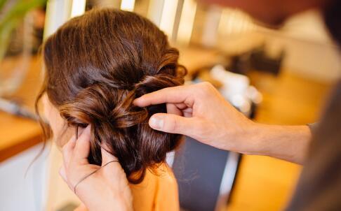 卷发能用梳子梳吗 卷发怎么打理 卷发的打理方法
