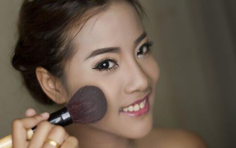圆脸化妆的技巧 圆脸化妆的的重点 圆脸怎么化妆