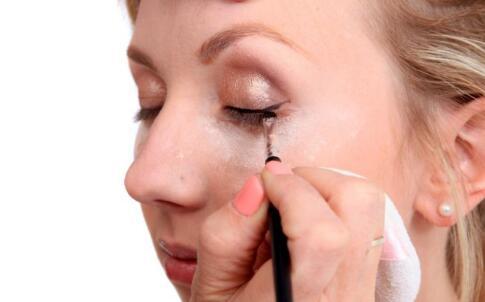 化妆品乱搭配 化妆品乱搭配的危害 使用化妆品的注意
