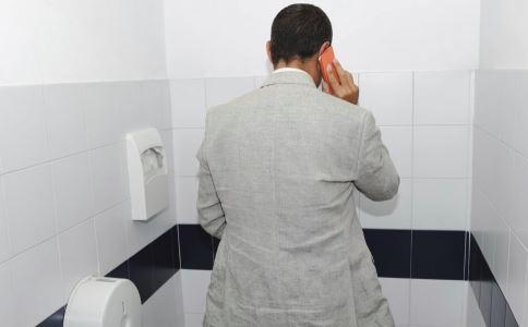 男性小便发黄是什么原因 小便发黄正常吗 男性尿液异常有哪些表现