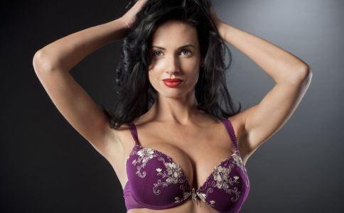 女人胸平是什么原因 女人胸平的原因有哪些 女人胸平怎么办