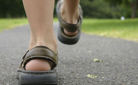 倒着走对腰椎好处 倒着走的好处 人倒着走有什么好处