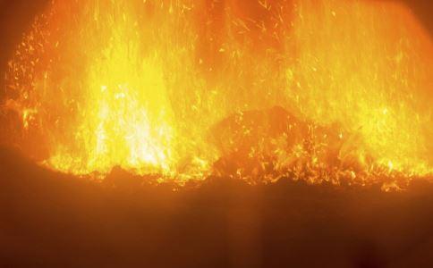 小伙裹床单进火场 火灾现场如何自救和救人