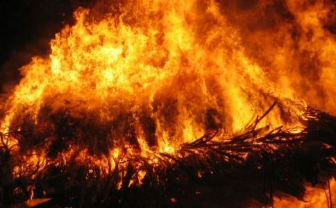 小伙裹床单进火场 火灾现场如何自救 火灾披被子逃生对吗