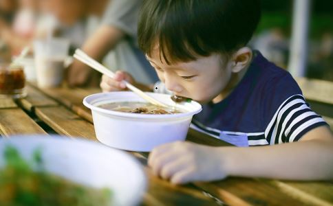 小学营养餐仅半碗面 小学生饮食 小学生一日三餐