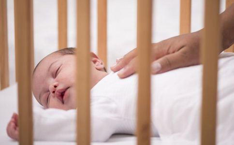 宝宝睡婴儿床好吗 宝宝睡婴儿床的好处 宝宝睡婴儿床注意事项