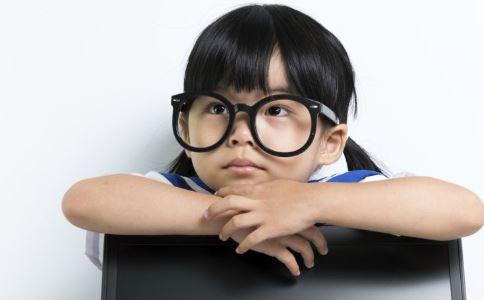 如何提早发现孩子弱视 孩子弱视的症状表现 怎么判断孩子是弱视
