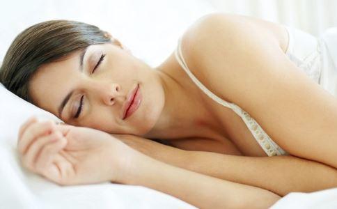 女人睡前这样做 减肥效果好