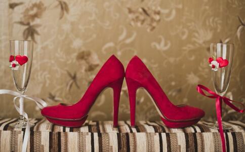 女性穿高跟鞋有哪些危害 女性穿高跟鞋有哪些损伤 女性如何穿高跟鞋来减少伤害