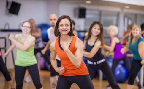 女性哑铃健身 女性怎么用哑铃健身 哑铃健身的好处