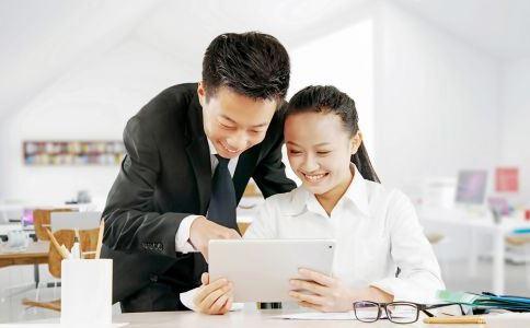 新人如何做才能获得前辈们的好感 新人如何才能更快融入职场 新人怎么做更快和前辈们熟悉