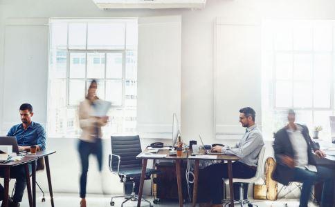办公室恋情如何处理 办公室恋情怎么处理 办公室恋情的坏处