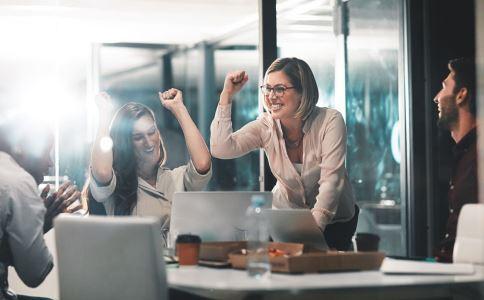 职场中怎么做能获得同事的信任 与同事相处要注意什么 怎么跟同事相处