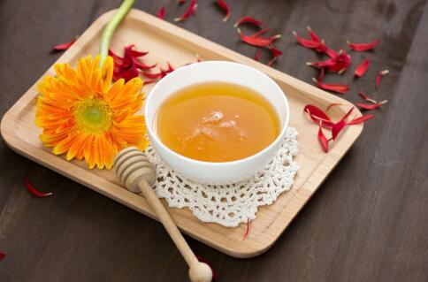 女性月经期可以喝蜂蜜水吗 经期喝蜂蜜水有哪些好处 蜂蜜要怎么喝才好