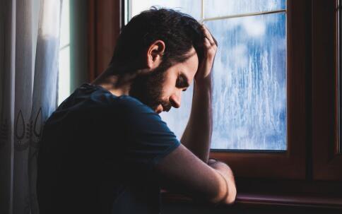 男人经常熬夜喝酒和抽烟很容易导致不孕。